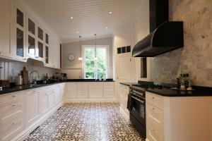 platsbyggt kök och vackert golv