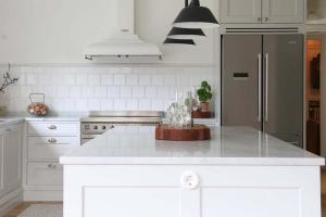 Köksö med bänkskiva i marmor